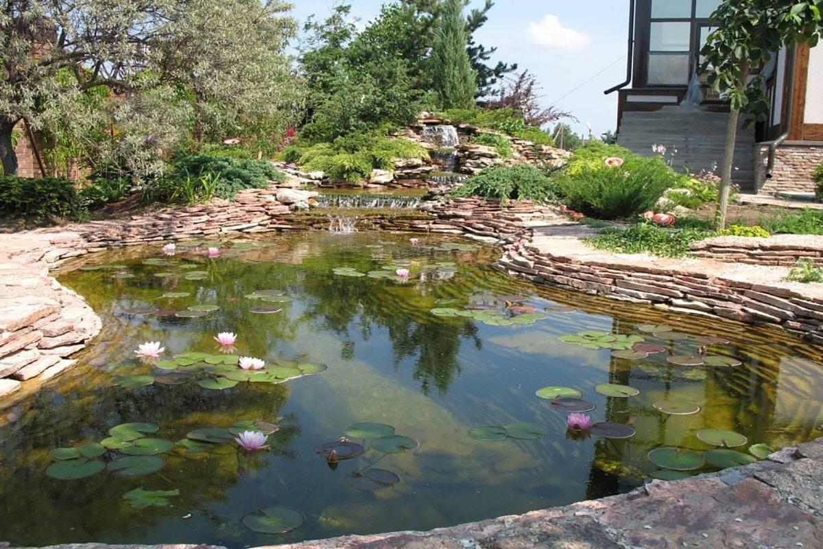 Оформление декоративного мини-пруда и водопада пластинчатым камнем
