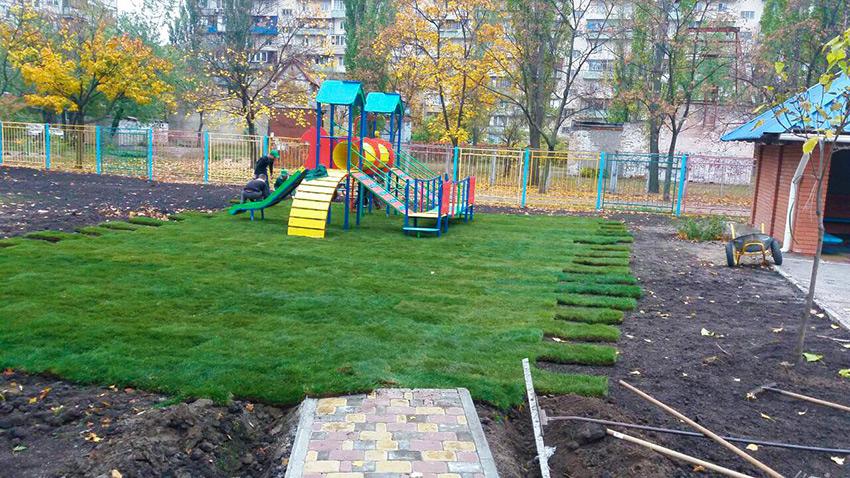 Укладка рулонного газона на детских игровых площадках